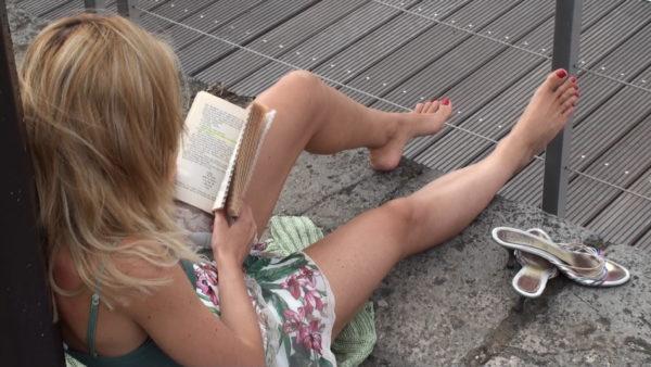 Reading Diva & her lazy feet